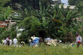 LA HABANA (CUBA), 18/05/2018.- Policías y militares custodian los restos del avión Boeing-737 que se estrelló hoy, viernes 18 de mayo de 2018, poco después de despegar del aeropuerto José Martí de La Habana (Cuba). Tres personas sobrevivieron al accidente aéreo ocurrido hoy al estrellarse un Boeing 737 de Cubana de Aviación que acababa de despegar del aeropuerto internacional de La Habana con destino a la provincia de Holguín (este de la isla), informaron hoy medios oficiales.  - FOTO: EPA/Alejandro Ernesto