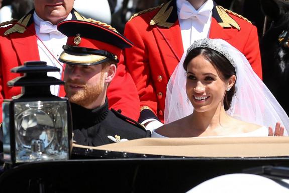 El duque Enrique de Sussex y su esposa la duquesa Meghan de Sussex, saludan al público en la carroza real tras la ceremonia de su boda en la capilla de San Jorge del castillo de Windsor a las afueras de Londres - FOTO: Efe
