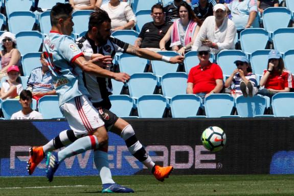 El defensa argentino del Celta de Vigo, Facundo Roncaglia (i), pelea el balón contra el delantero albanés del Levante, Armando Sadiku (d) durante el partido disputado este sábado  - FOTO: Efe