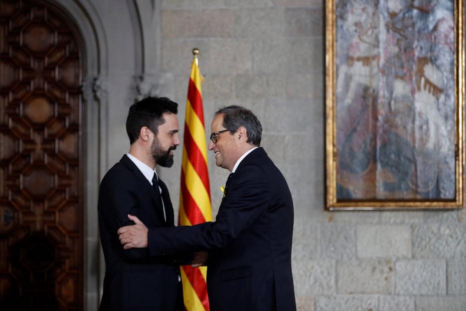 Quim Torra (derecha) saluda al presidente del Parlament, Roger Torrent, tras tomar días atrás posesión de su cargo como presidente de la Generalitat  - FOTO: Efe