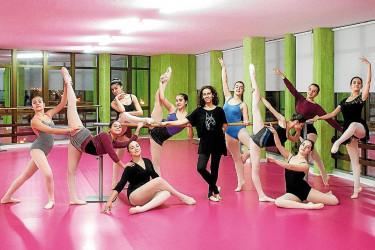 Verónica Martínez, en el centro, acompañada de un grupo de alumnas en la sede de la Escola de Danza Oitos de Noia - FOTO: Suso Xogaina