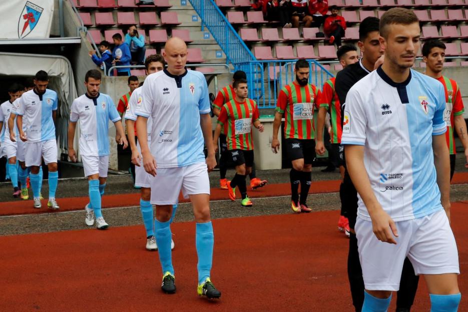 Los jugadores del Compostela (en la imagen, antes de saltar al campo), inician hoy su camino en el intento de retornar a la categoría de bronce - FOTO: Fernando Blanco