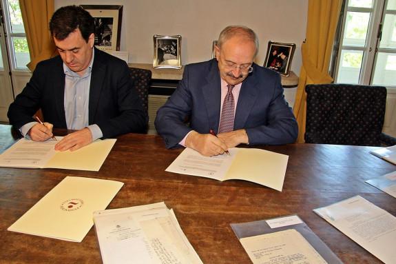 O conselleiro de Cultura, esq., e o presidente do Consello da Cultura Galega, onte sede da Fundación Camilo José Cela