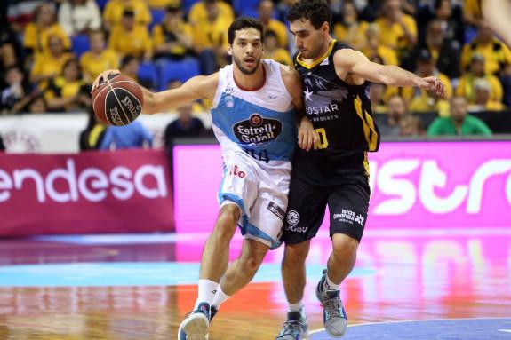 Pepe Pozas conduce el ataque con el balón ante la defensa del local Ferrán Bassas - FOTO: ACBPhoto