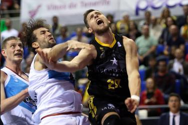 Nacho Llovet corta con una falta una penetración de Mateusz Ponitka - FOTO: ACBPhoto