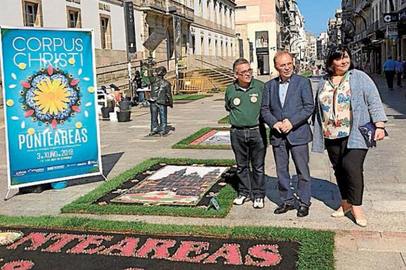 El alcalde de Ponteareas, centro, en la calle Príncipe - FOTO: Maite Gimeno