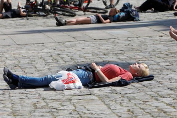 Una turista disfruta del buen tiempo que se registra en Santiago durante este fn de semana - FOTO: Antonio Hernández