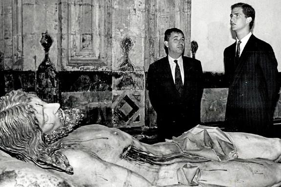 José Manuel García Iglesias con don Felipe ante el Cristo de Gregorio Fernández, durante la visita - FOTO: ECG