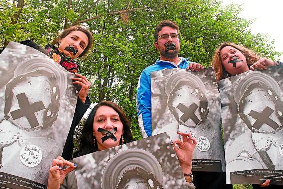 Integrantes da Santa Ferreña cos carteis que anuncian os XIX Encontros de Música Tradiconal en Carboeiro - FOTO: A.S.F.
