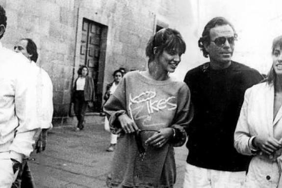 El cantante Julio Iglesias con dos jóvenes y su amigo Manuel Cores 'Chocolate' paseando por el casco histórico de la capital de Galicia en 1986 - FOTO: ecg