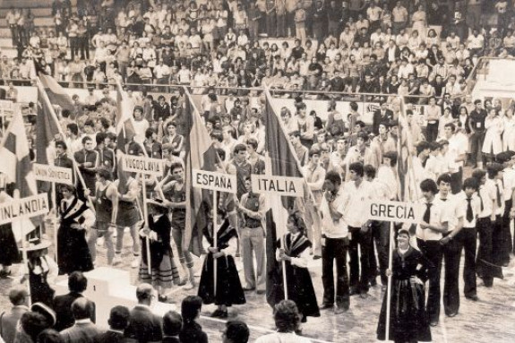 Presentación de las selecciones que participaron en el Campeonato de Europa Júnior de baloncesto celebrado del 3 al 12 de agosto de 1976 en el antiguo pabellón de Sar. Yugoslavia se llevó el oro tras vencer en la final del torneo a la URSS (92-83). España, dirigida por Ignacio Pinedo, logró la medalla de bronce - FOTO: ECG