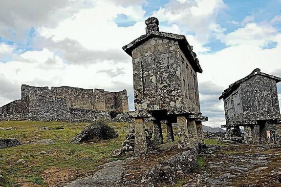 El castillo de Lindoso y dos de sus espigueiros - FOTO: ANTONAUTAS NA IAGOSFERA