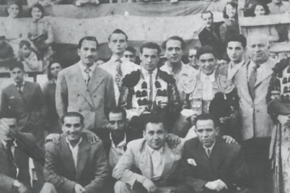 Manuel Paz y Valiño (primera fla, izq.) con los novilleros y empresarios taurinos en una corrida en los 50.  - FOTO: ECG
