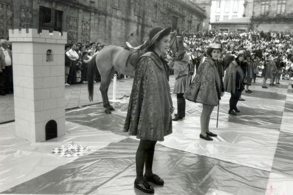 Algunos de los niños que participaron en la partida de ajedrez viviente. A la izquierda de la imagen se puede ver uno de los caballos.  - FOTO: ECG