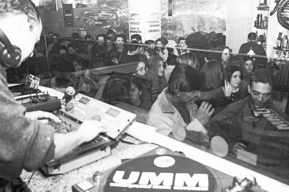 Ambiente de movida nocturna en el pub Blaster. La fotografía fue tomada la noche del 23 de febrero de 1992 por Carlos Pardellas