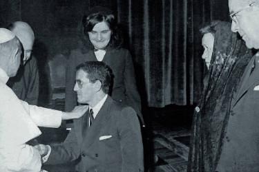 El autor recibiendo la bendición papal de manos del Santo Padre Pablo VI