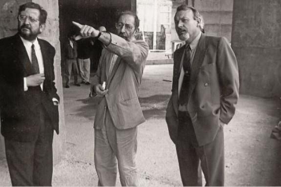 El arquitecto Iago Seara, izquierda, acompañado por Álvaro Siza y el conselleiro de Cultura Daniel Barata, visitando las obras del CGAC  - FOTO: ECG