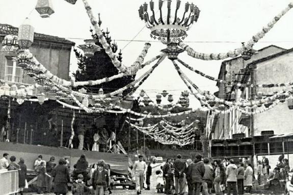 Fiestas del Pilar en el Campo do Cruceiro do Galo, en 1982. En la imagen, los tradicionales farolillos. - FOTO: M. BLANCO