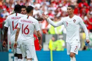 MOSCÚ (RUSIA), 20/06/2018.- El delantero portugués Cristiano Ronaldo (d) celebra con sus compañeros la victoria 1-0 tras el partido Portugal-Marruecos, del Grupo B del Mundial de Fútbol de Rusia 2018, en el Estadio Luzhniki, Rusia, hoy 20 de junio de 2018 (RUSSIA SOCCER FIFA WORLD CUP, Portugal, Morocco, Moscow).  - FOTO: EFE/José Méndez