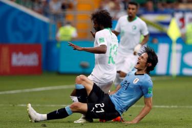 Rostov-on-don (Federación de Rusia), 20/06 / 2018.- Edinson Cavani, de Uruguay (D), y Yasir Al-Shahrani, de Arabia Saudita, en acción durante la Copa Mundial de la FIFA 2018 en partido de fútbol preliminar entre Uruguay y Arabia Saudita Arabia en Rostov-On-Don, Rusia, 20 de junio de 2018. - FOTO: EFE/EPA/SHAWN THEW EDITORIAL