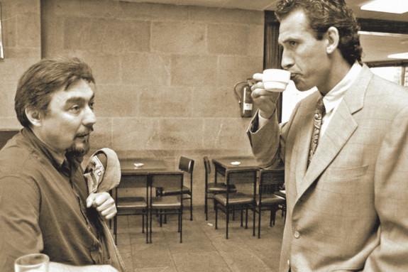 El exfutbolista Jorge Valdano (d.), con el economista y sociólogo Miguel Cancio, en la USC, en 1990 - FOTO: T. Arias