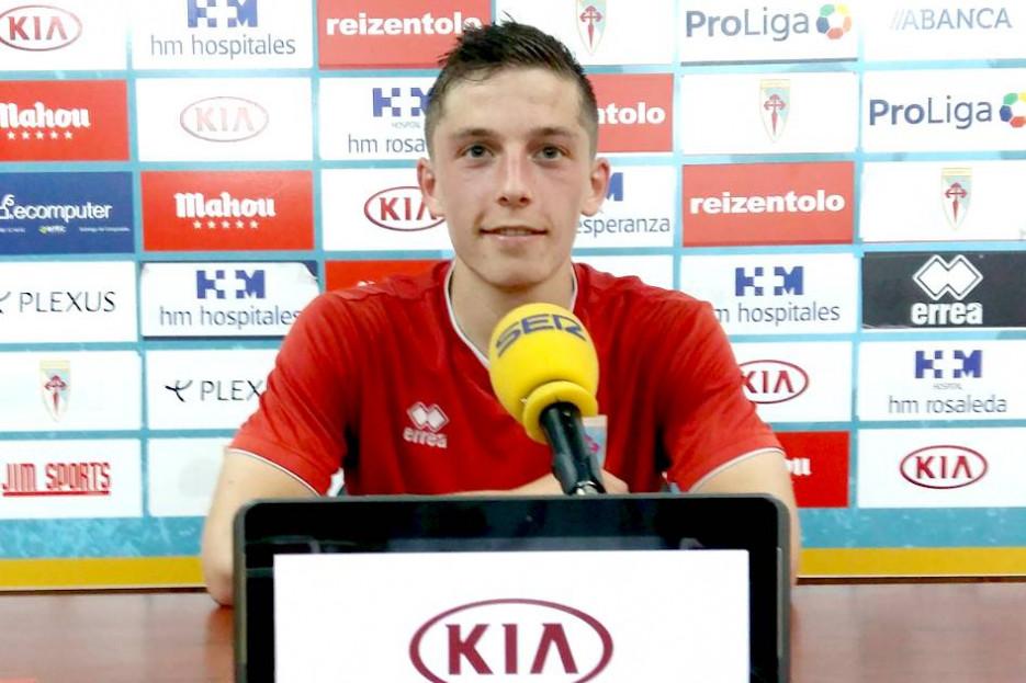José Sobrido, jugador del Compostela, en la sala de prensa de San Lázaro, ayer - FOTO: SDC