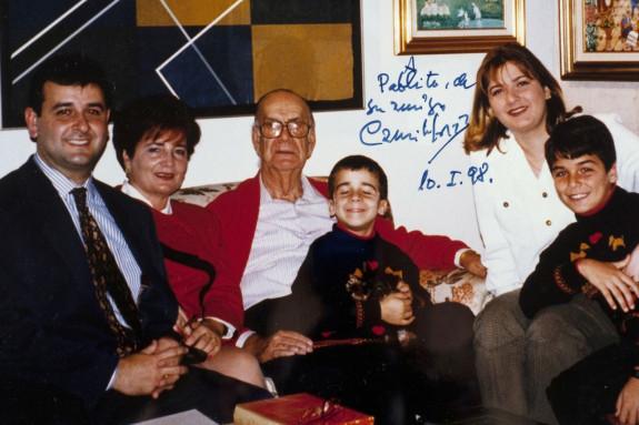 Evaristo Lemos, izquierda, con su mujer y tres de sus hijos en una visita que hicieron al Nobel gallego