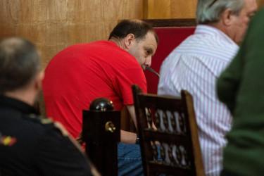 Los hermanos Juan Carlos (de rojo) y Julio Rodríguez durante el juicio - FOTO: Brais Lorenzo