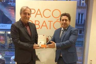 Paco Lobatón, izqda., y Suso Souto, con un ejemplar del libro - FOTO: G.