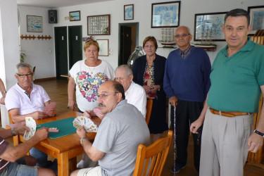 Un grupo de jubilados y pensionistas de Rianxo, en la sede de la cofradía de la que serán desalojados - FOTO: Suso Souto