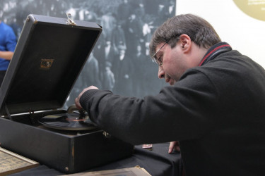 BUENOS AIRES (ARGENTINA), 22/06/2018.- El coleccionista argentino Pablo Taboada reproduce canciones de Carlos Gardel en un gramófono de marca Victrola en la Casa Museo Gardel, en Buenos Aires (Argentina).