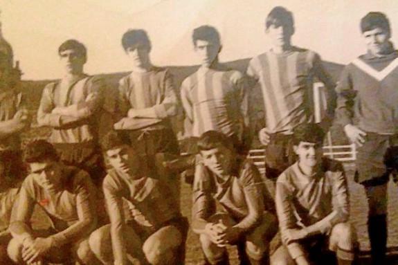 Luis Cuiña López, en la fla de arriba, 3º por la izquierda, con sus compañeros del equipo de la Escuela Social en el año 1968 - FOTO: José Luis