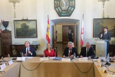 Pío García Escudero, titular del Senado, y Ana Pastor, del Congreso, con miembros de las dos cámaras y sus homólogos en Polonia en el Hostal dos Reis Católicos