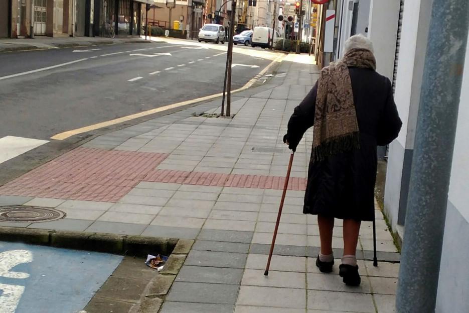 Imagen de archivo de una mujer de avanzada edad caminando por Monforte - FOTO: Angar