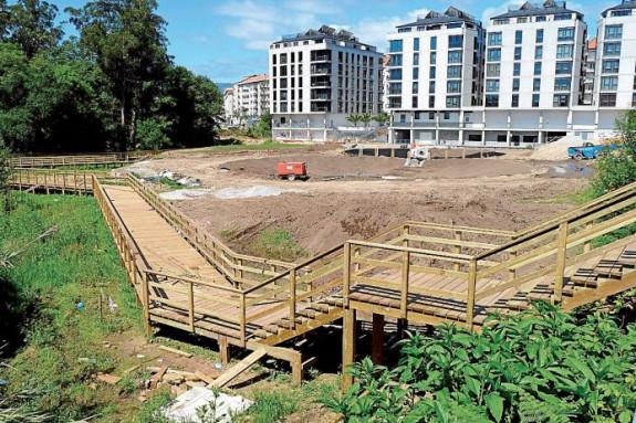 Cerca de las nuevas balsas que recogerán las aguas en Boiro se instala una pasarela peatonal. - FOTO: S.S.