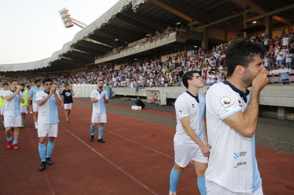 Los jugadores del Compostela acabaron vitoreados por una afición que supo reconocer el esfuerzo, aun a pesar de haberse frustrado el ascenso - FOTO: Fernando Blanco