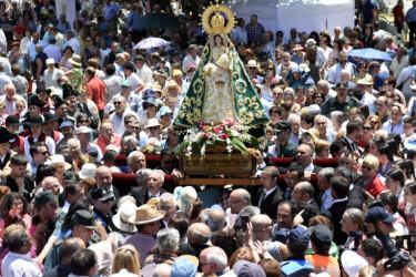 La Virgen rodeada de feles ayer en O Corpiño - FOTO: Puri Sangiao