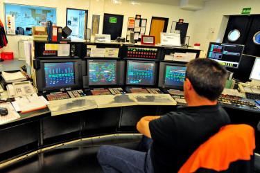 Uno de los centros de control de alta tecnología de varias unidades de producción de la refinería de Repsol en el polígono de Agrela-Bens en la comarca herculina - FOTO: Almara