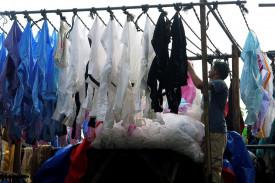 Un hombre tiende ropa en el lavadero al aire libre Dhobi Ghat de Bombay, en el oeste de la India, el 8 de junio de 2018 - FOTO: EFE/Noemí Jabois
