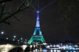 Vista nocturna de la Torre Eiffel en París   - FOTO: EFE / Julien de Rosa