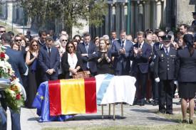 Las autoridades aplauden ante el féretro del expresidente Gerardo Fernández Albor, en el cementerio de Boisaca - FOTO: Antonio Hernández