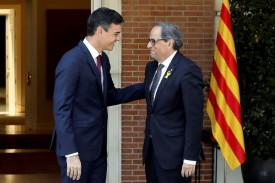 El presidente Pedro Sánchez saludando al president Quim Torra - FOTO: EFE