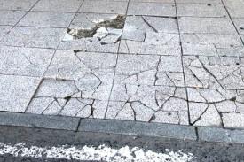 Losetas destrozadas en la calle Rosalía de Castro
