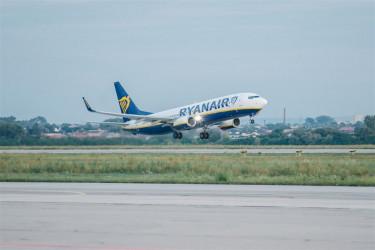 Avión de Ryanair despegando - FOTO: E.P.