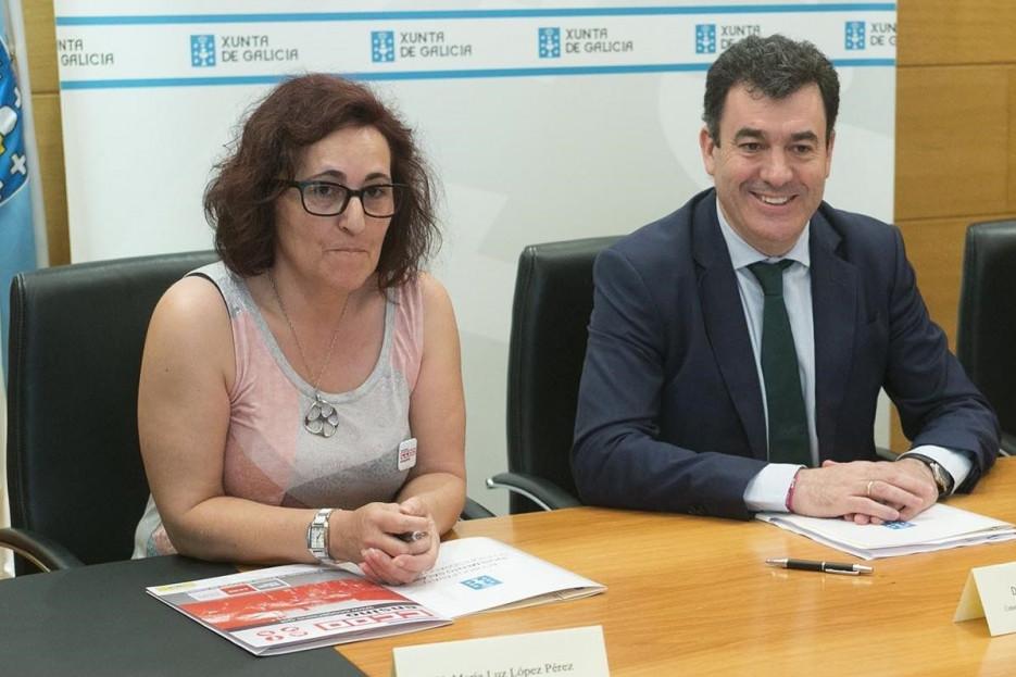 María Luz López, de CC.OO., y el conselleiro de Educación, Román Rodríguez, durante la firma del acuerdo - FOTO: Xunta