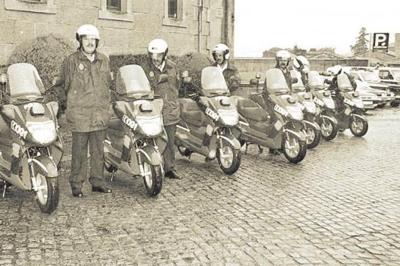 Algunos de los agentes de la policía de proximidad de la capital gallega, a finales de la década de los 90, con las motos nuevas - FOTO: F. Blanco