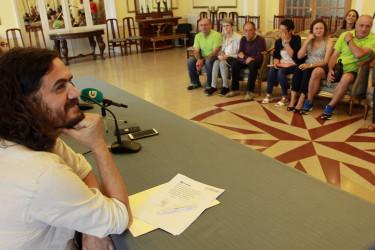 Los afectados tras el encuentro con el alcalde de Ferrol y con Antón Sánchez (En Marea).  - FOTO: ECG