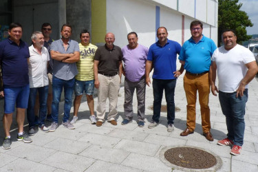 Adolfo Muíños, quinto por la derecha, ayer con los demás participantes en la reunión celebrada en Rianxo - FOTO: Suso Souto