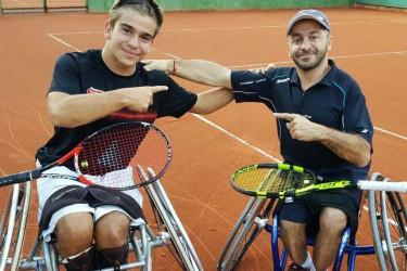 De izquierda a derecha, Martín de la Puente junto a Álvaro Illobre posan sonrientes mientras tomando un descanso en medio de un entrenamiento en Galicia.  - FOTO: ECG