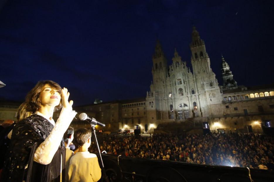 Nerea Barros, anoche en el balcón de Raxoi, donde pronunció el pregón. que concitó el interés de cientos de personas. - FOTO: Fernando Blanco